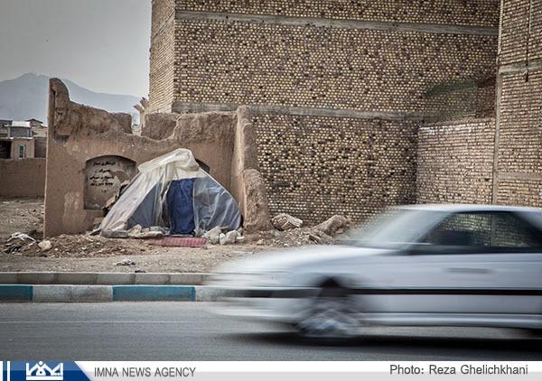 چادر نشینی پیرمرد نابینا در کنار بافت مسکونی نجف آباد هنوز ادامه دارد