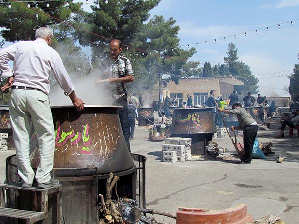نخستین روز سال جدید با پختن ۱۶ دیگ سمنو در گلزار شهدای نجف آباد