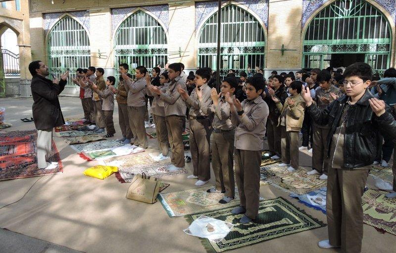 نماز باران دانش آموزان در گلستان شهیدان