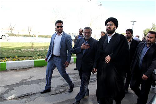 استقبال از سید علی خمینی در گلزار شهدای نجف آباد