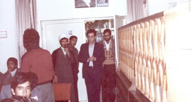 1359، اصفهان، شهید دکتر سید حسن آیت قبل از آغاز سخنرانی در محفل دانش آموزان