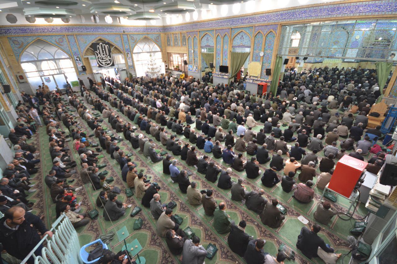 گروکشی مردم بین خطبه های نماز جمعه