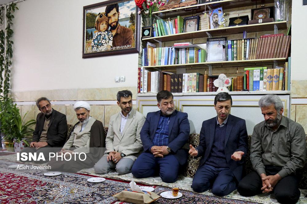 پرویز فتاح در منزل شهید حججی پرویز فتاح در منزل شهید حججی+فیلم و تصاویر پرویز فتاح در منزل شهید حججی+فیلم و تصاویر 57639934