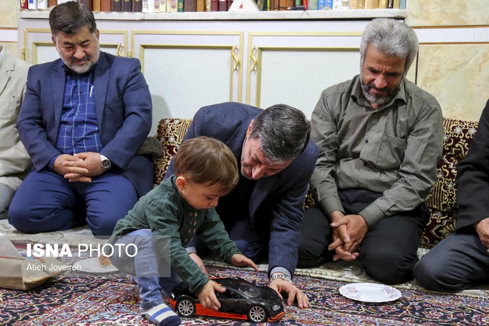 پرویز فتاح در منزل شهید حججی پرویز فتاح در منزل شهید حججی+فیلم و تصاویر پرویز فتاح در منزل شهید حججی+فیلم و تصاویر 57639935