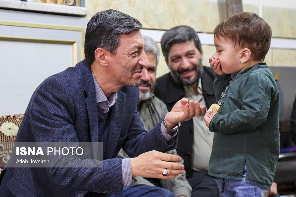 پرویز فتاح در منزل شهید حججی پرویز فتاح در منزل شهید حججی+فیلم و تصاویر پرویز فتاح در منزل شهید حججی+فیلم و تصاویر 57639936