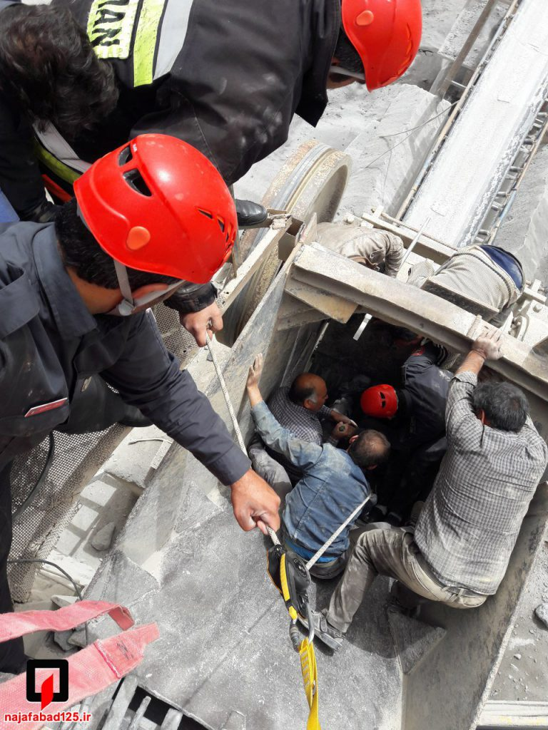 نجات کارگر از دستگاه سنگ شکن در نجف آباد نجات کارگر و مرگ پیرمرد در نجف آباد+تصاویر نجات کارگر و مرگ پیرمرد در نجف آباد+تصاویر                                                     1 768x1024