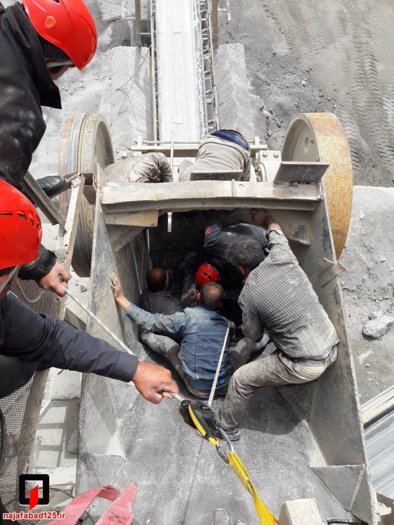 نجات کارگر از دستگاه سنگ شکن در نجف آباد نجات کارگر و مرگ پیرمرد در نجف آباد+تصاویر نجات کارگر و مرگ پیرمرد در نجف آباد+تصاویر                                                     2 768x1024