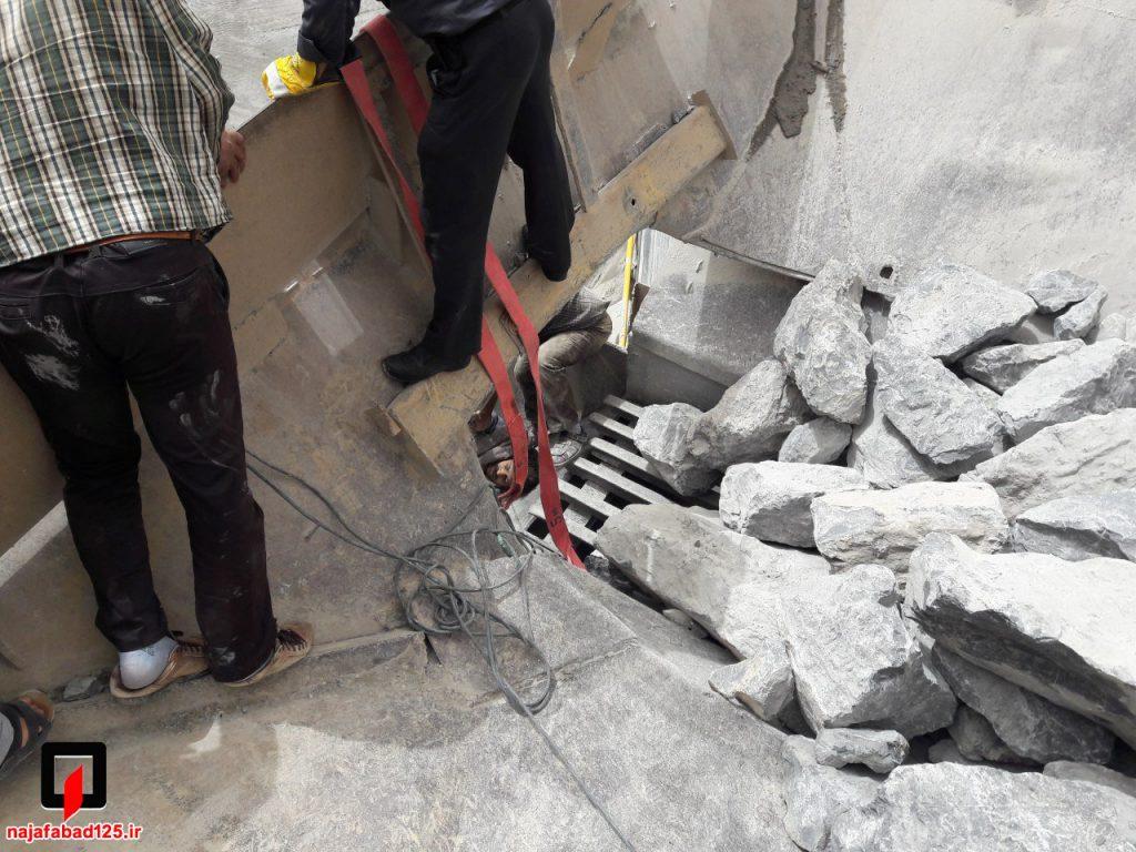 نجات کارگر از دستگاه سنگ شکن در نجف آباد نجات کارگر و مرگ پیرمرد در نجف آباد+تصاویر نجات کارگر و مرگ پیرمرد در نجف آباد+تصاویر                                                     4 1024x768