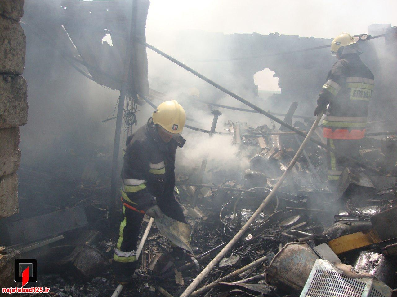 آتش سوزی انبار ضایعات در نجف آباد+تصاویر