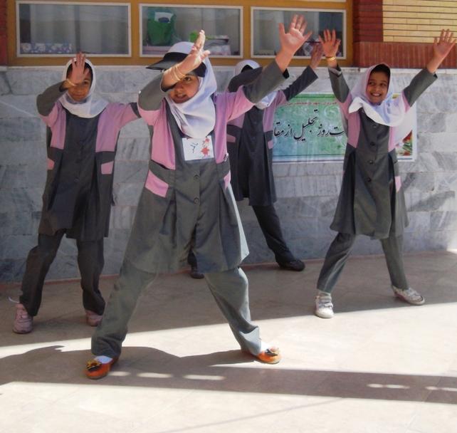 حرکات موزون گروهی در مدرسه دخترانه نجف آباد