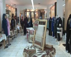 نمایشگاه لباس نمایشگاه لباس ایرانی اسلامی در دانشگاه آزاد نمایشگاه لباس ایرانی اسلامی در دانشگاه آزاد                                                     5 300x240