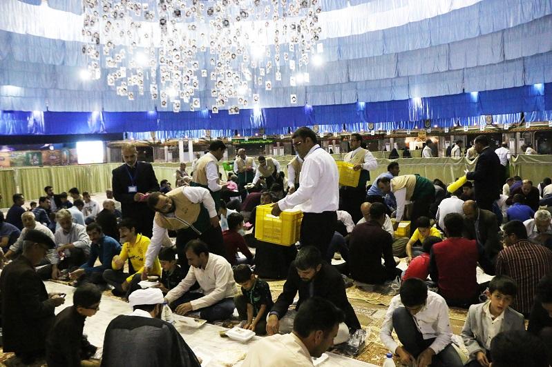 افطاری ۱۰هزار نفری آستان قدس رضوی در نجف آباد+تصاویر