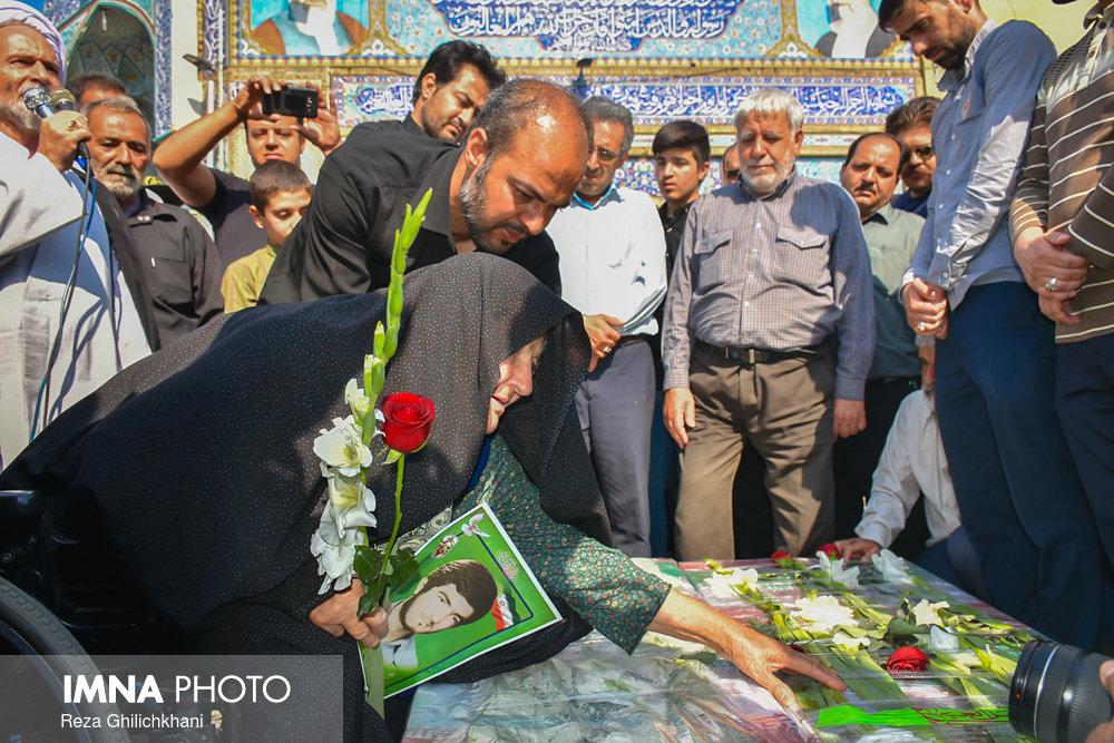مادر شهید تشییع تشییع دو شهید در نجف آباد + تصاویر                                                                              11