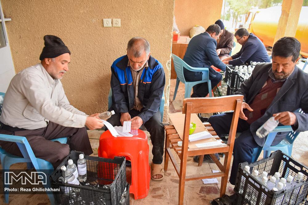آماده سازی مواد ضد عفونی آماده سازی مواد ضدعفونی در نجف آباد+تصاویر آماده سازی مواد ضدعفونی در نجف آباد+تصاویر 1629847