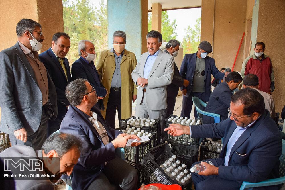 آماده سازی مواد ضد عفونی آماده سازی مواد ضدعفونی در نجف آباد+تصاویر آماده سازی مواد ضدعفونی در نجف آباد+تصاویر 1629849