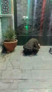 نماز در جلوی در بسته مسجد الرسول نجف آباد شاید به شفای بیماران روبرویش بینجامد شاید به شفای بیماران روبرویش بینجامد                       169x300